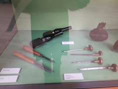 From left to right: scrapers, rockers (yeah!), ink damper and burins with different points